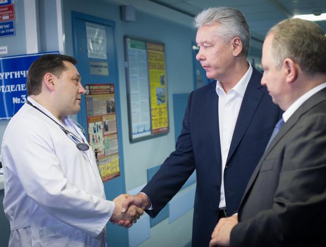 Мэр Москвы Сергей Собянин общается с главным врачом КГБ 1 имени Н.И. Пирогова