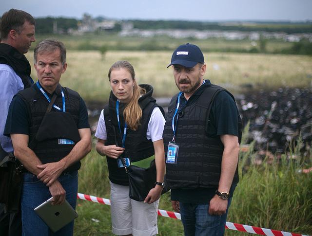 "Наблюдатели ОБСЕ на месте падения пассажирского самолета ""Малайзийских авиалиний"" Boeing 777"