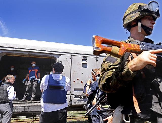Поезд с вагонами-рефрижераторами для транспортировки тел погибших пассажиров Boeing 777 на станции
