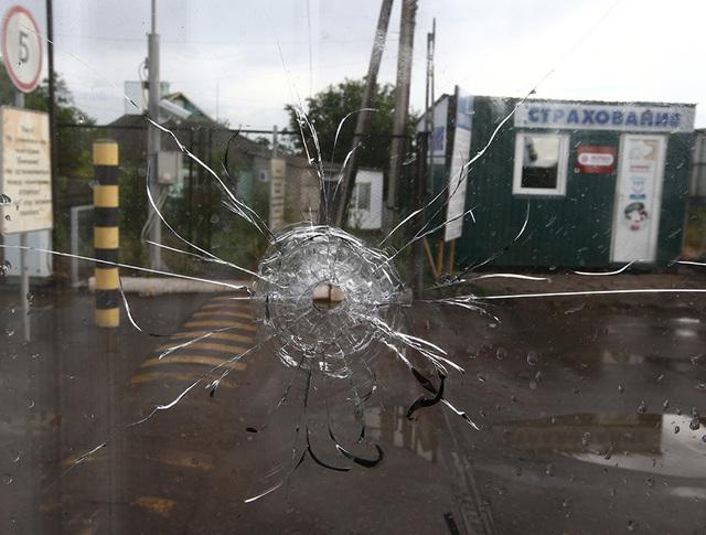След от пули на окне пограничного пункта пропуска на российско-украинской границе