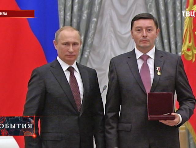 Владимир Путин и космонавт Сергей Ревин во время вручения наград в Кремле