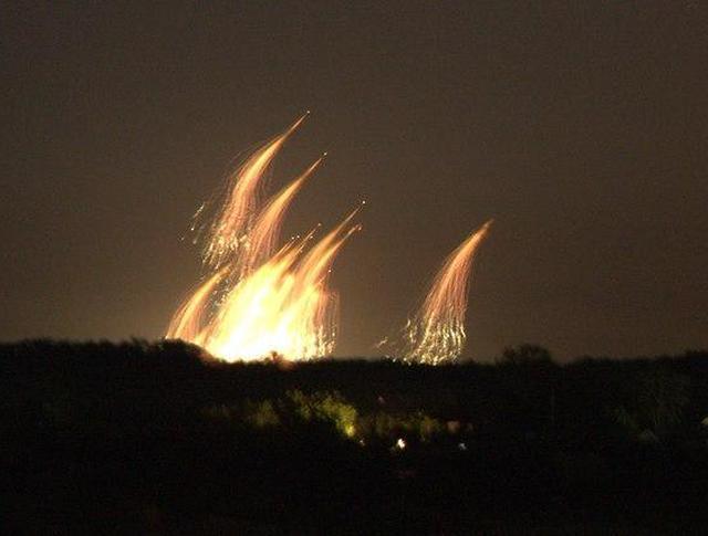 Момент взрыва фосфорных бомб