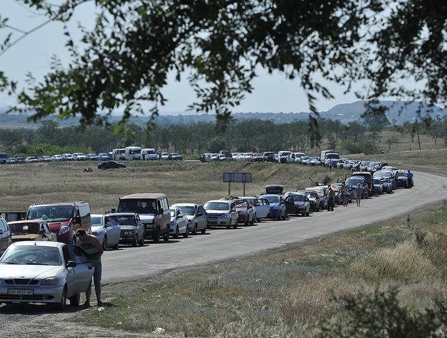 Очередь из автомобилей на подъезде к пограничному пункту пропуска на российско-украинской границе