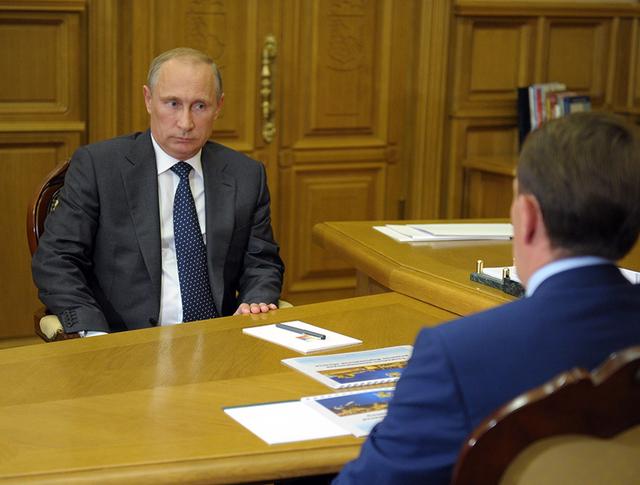 Владимир Путин и временно исполняющий обязанности губернатора Воронежской области Алексей Гордеев
