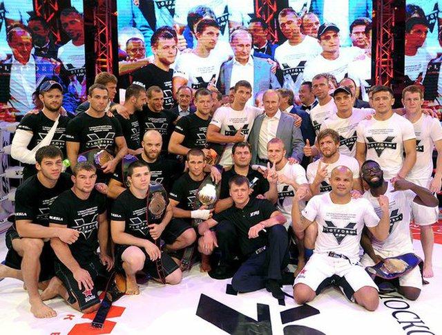 Владимир Путин и участники международного турнира по боевому самбо