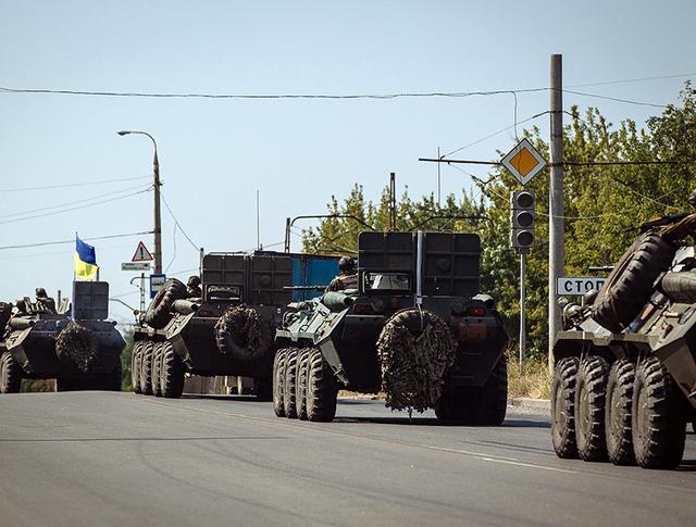 Колонна украинской бронетехники в Донецкой области