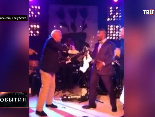 Сенатор-республиканец от штата Аризона Джон Маккейн исполняет танец робота