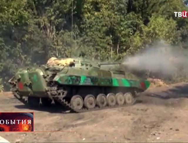 Военная техника ополченцев ведет бой