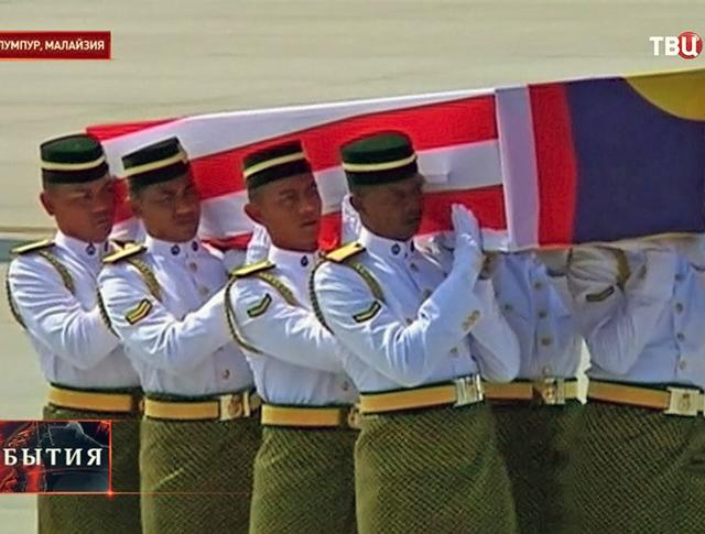 Тела жертв авиакатастофы самолета Boeing 777 доставлены в Малайзию