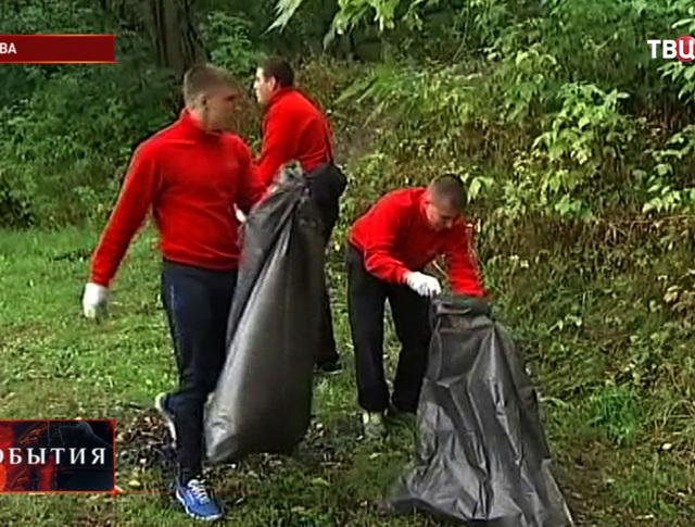 Уборка мусора в прибрежной зоне Москвы-реки
