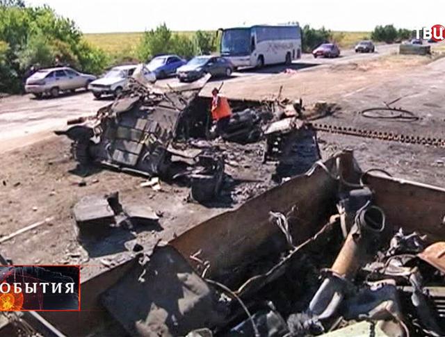 Коммунальчики убирают разбитую военную технику украинской армии