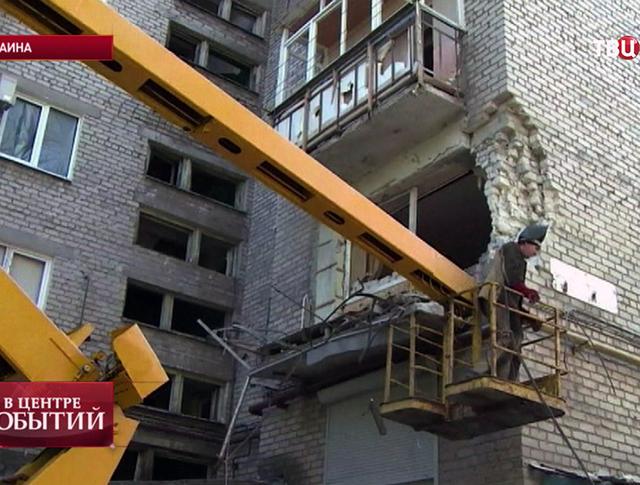 Коммунальные службы Донецка устраняют последствия обстрела