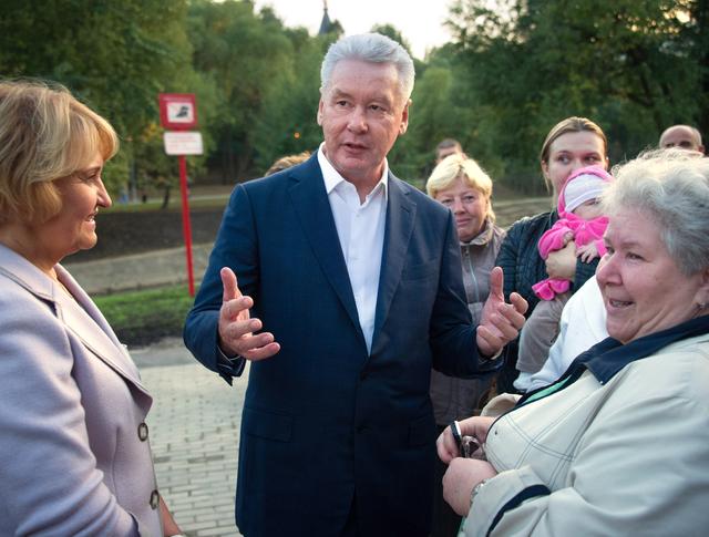Сергей Собянин во время осмотра благоустроенного парка в пойме реки Битцы