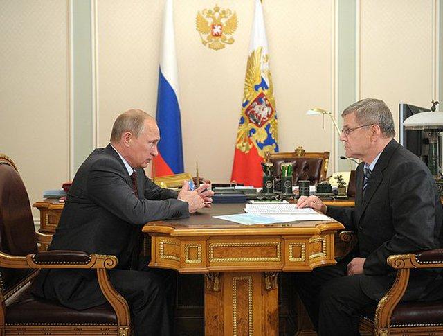 Президент России Владимир Путин и генпрокурор Юрий Чайка