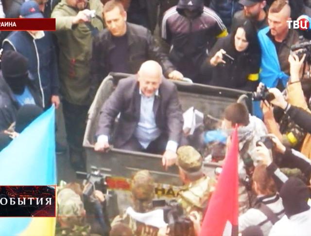 Депутат Верховной Рады в мусорном контейнере