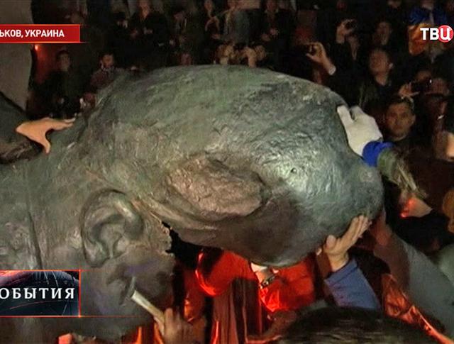 Протестующие разбивают памятник Ленину в Харькове