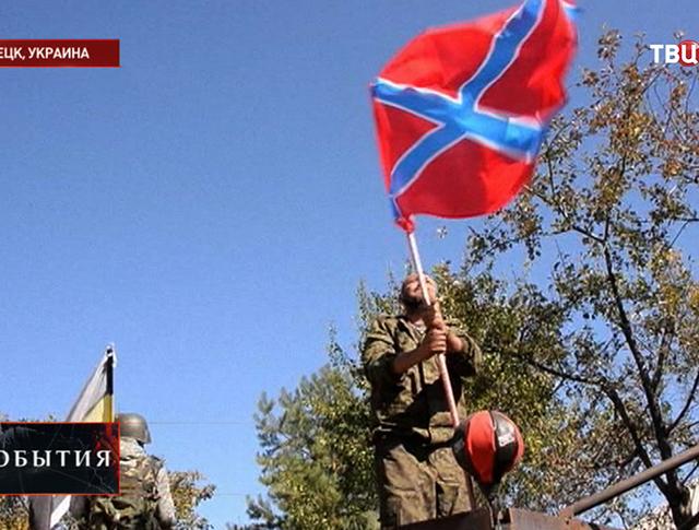 Бойцы народного ополчения устанавливают флаг Новороссии