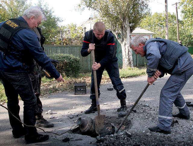 """Часть боеприпаса от ракетного комплекса """"Ураган"""" на одной из улиц Донецка"""