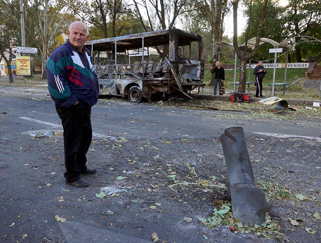 Результат разрыва реактивного снаряда на одной из улиц Донецка