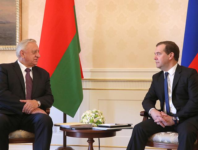Премьер-министр РФ Дмитрий Медведев и премьер-министр Белоруссии Михаил Мясникович во время встречи