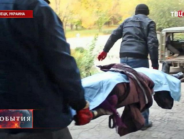 Пострадавший при обстреле жилых кварталов Донецка