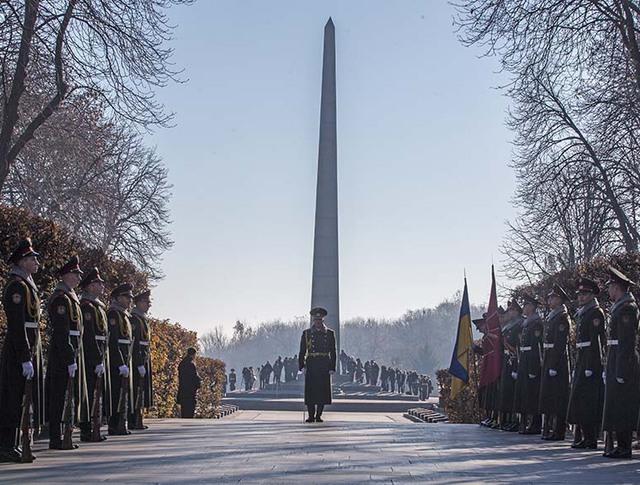 Во время возложения цветов к памятнику Неизвестному солдату в парке Славы