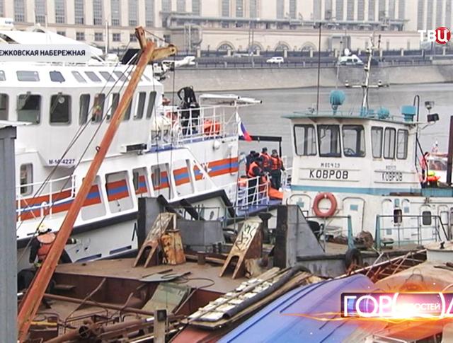 Из подтопленного на Москве-реке катера откачали воду