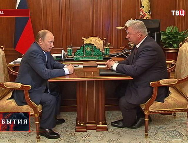 Владимир Путин и руководитель Федерации независимых профсоюзов России Михаил Шмаков