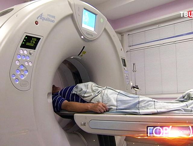 Пациенту делает томографию
