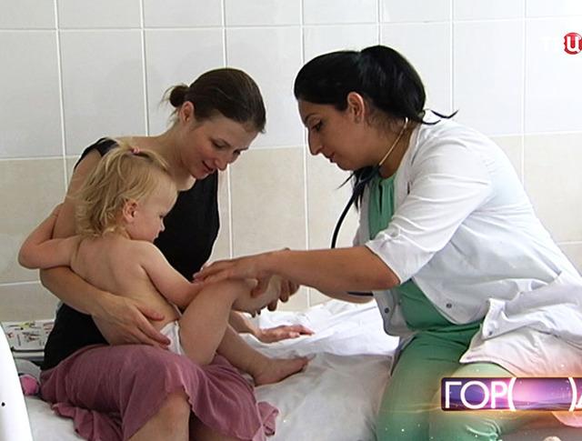 Врач обследует ребенка