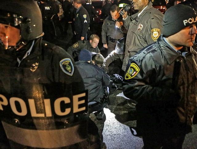 Полиция США во время демонстрации в Фергюсоне
