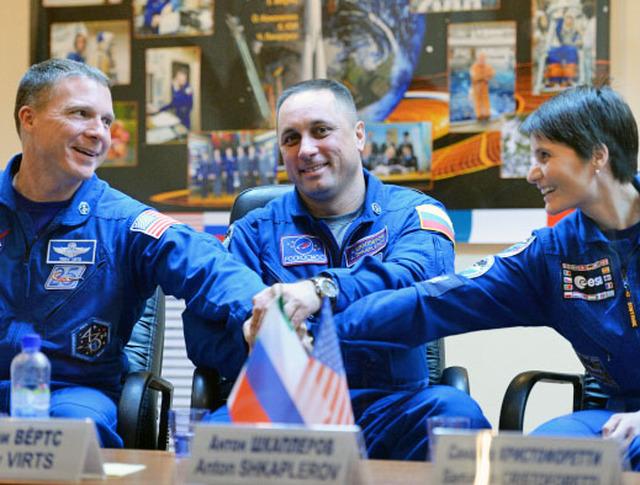 Члены экипажа экспедиции на МКС: астронавт НАСА Терри Вертс, космонавт Роскосмоса Антон Шкаплеров и астронавт ЕКА Саманта Кристофоретти