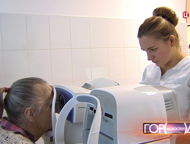 Врач-офтальмолог проводит диагностику