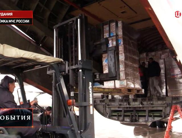 Разгрузка гуманитарной помощи