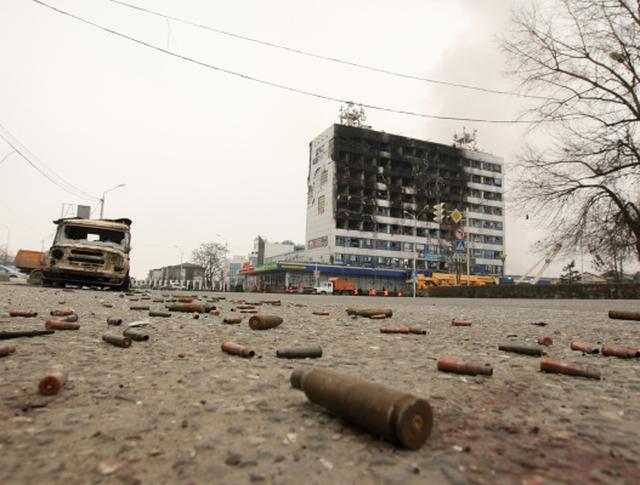 Гильзы возле здания Дома печати, где проходила спецоперация МВД Чеченской Республики