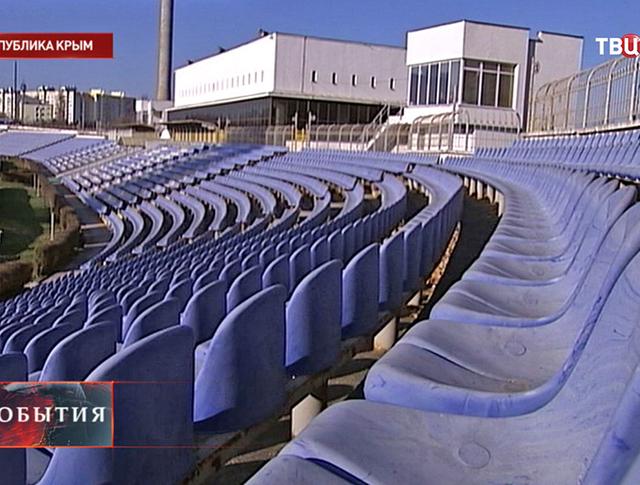 Трибуны пустой футбольной арены в Крыму