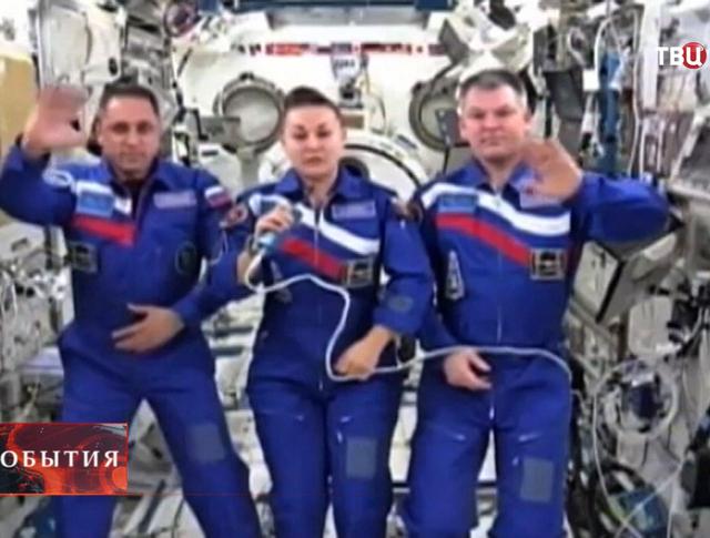Космонавты поздравляют с Днём Героев Отечества
