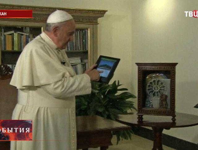 Папа Римский зажигает гирлянды на самой большой рождественской ёлке в мире