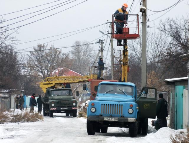 Электрики восстанавливают электрические сети