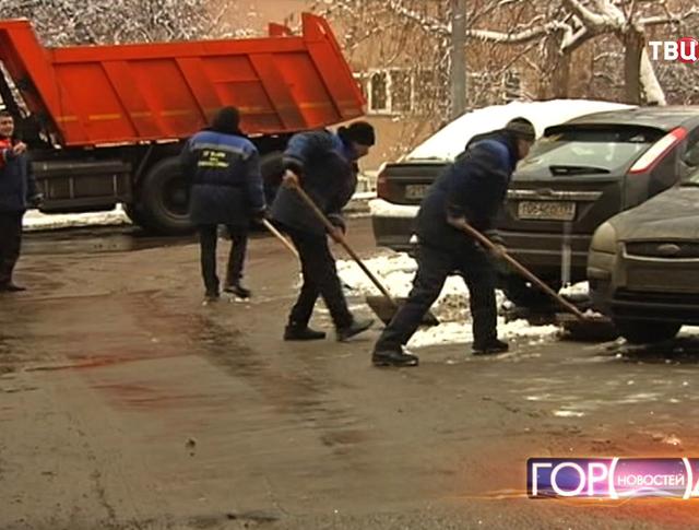 Дворники убирают улицу