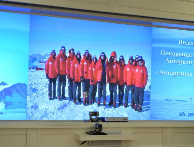 Члены экспедиции Клуба лидеров на Южный полюс (на экране) во время видеоконференции с президентом России