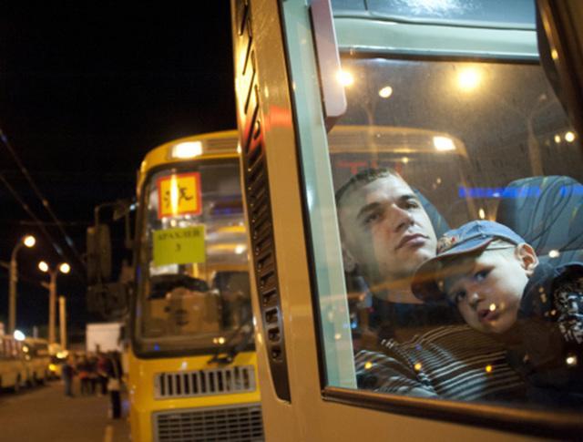 Пассажиры в междугороднем автобусе