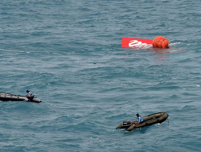 Поиски фрагментов разбившегося лайнера AirAsia