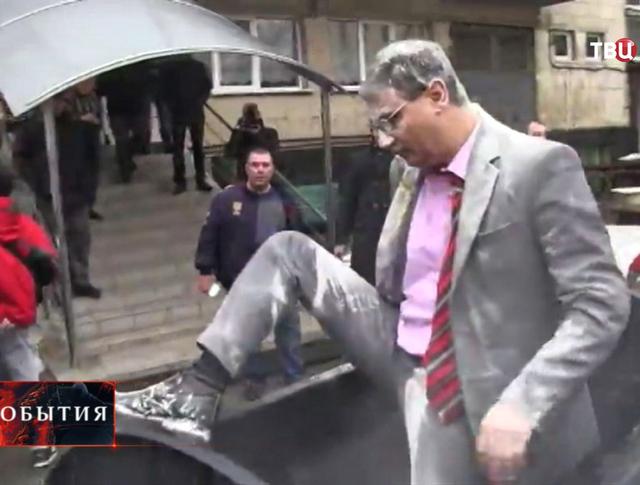 Активисты поместили в мусорный бак директор оперного театра Александр Шароваров