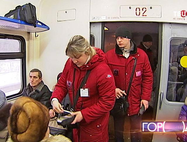 Контролёры проверяют билеты в электричке