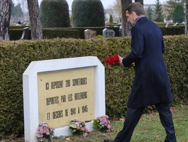 Председатель Государственной Думы РФ Сергей Нарышкин в Страсбурге во время возложения цветов к братским могилам