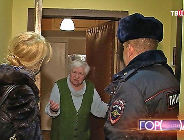 Пенсионерка общается с полицейскими