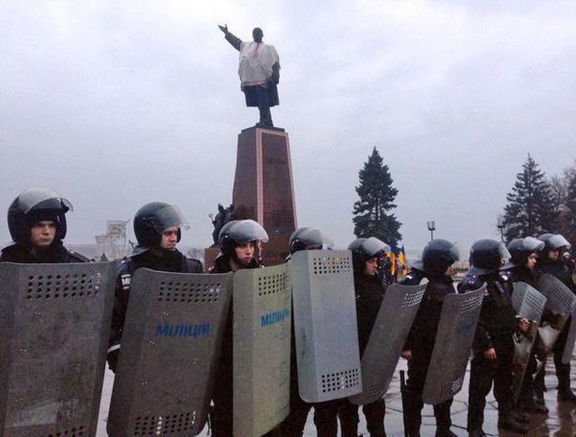 Украинская милиция у памятника Ленину в Запорожье