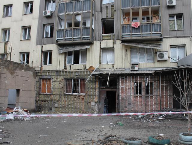 Пострадавший в результате обстрела жилой многоэтажный дом в городе Донецке