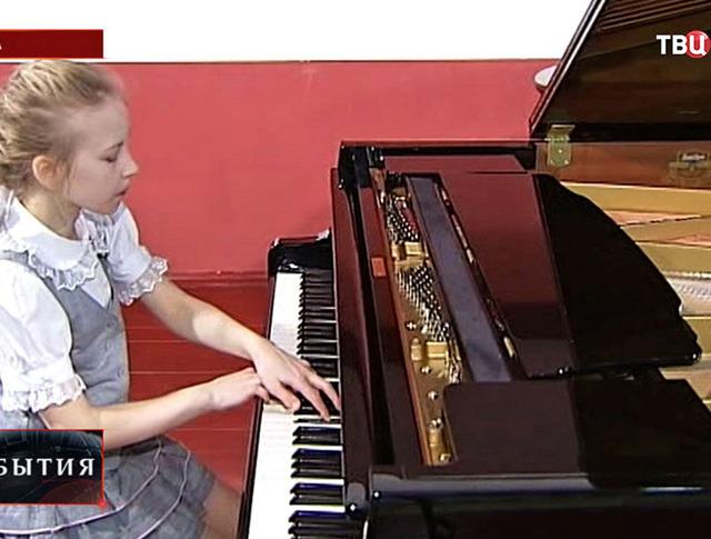 Девочка играет на фортепиано